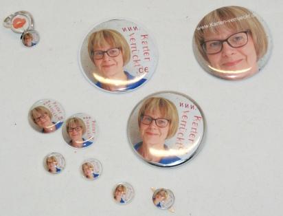 Ich habe Buttons, Brads, einen Ring, Cabachons mit Andreas Foto und Blognamen verarbeitet